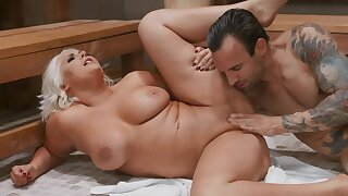 Towel boy lured by luxurious client into spontaneous fuck